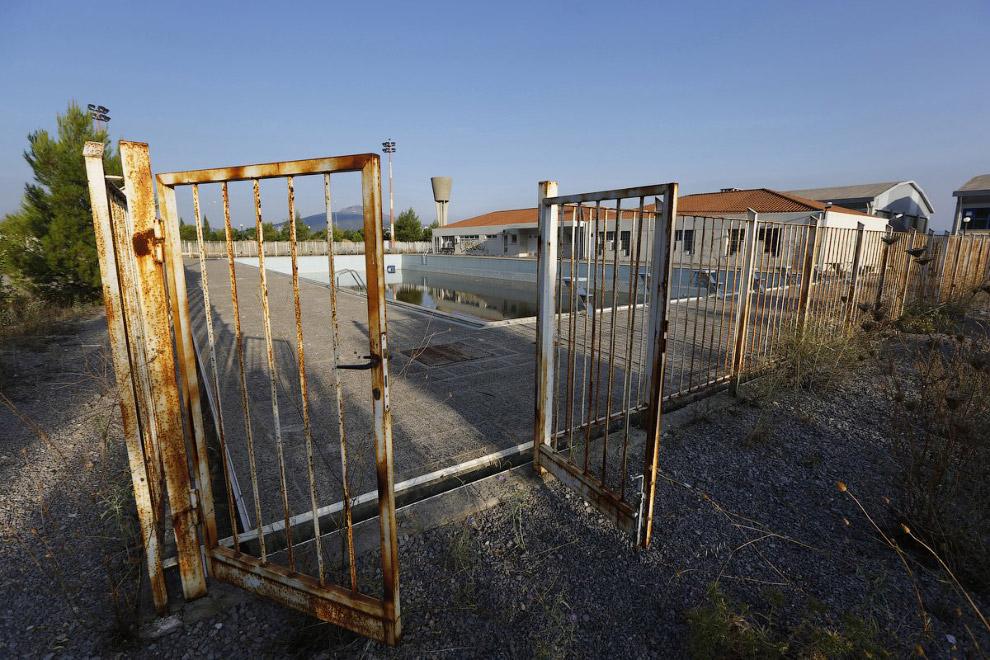 Все предприятия и коммерческие фирмы покинули это место после окончания Олимпиады в Афинах