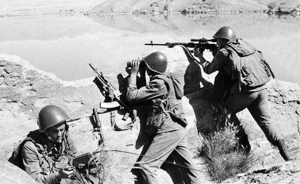 Советские солдаты наблюдают за местностью
