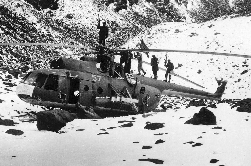 Афганские партизаны на вершине сбитого советского вертолета Ми-8
