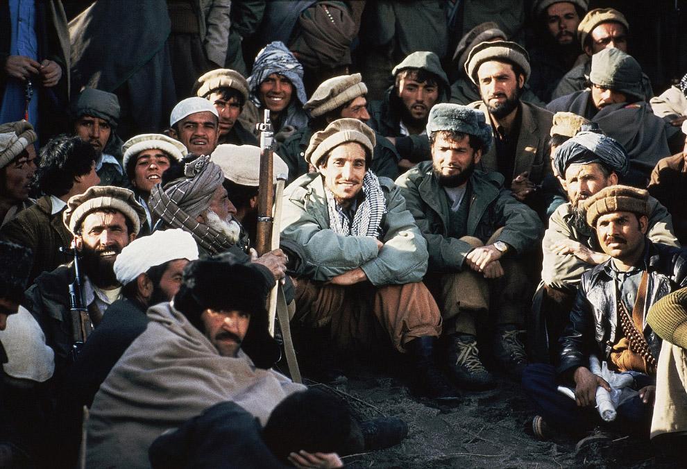 Афганский лидер партизан Ахмад Шах Масуд в окружении моджахедов