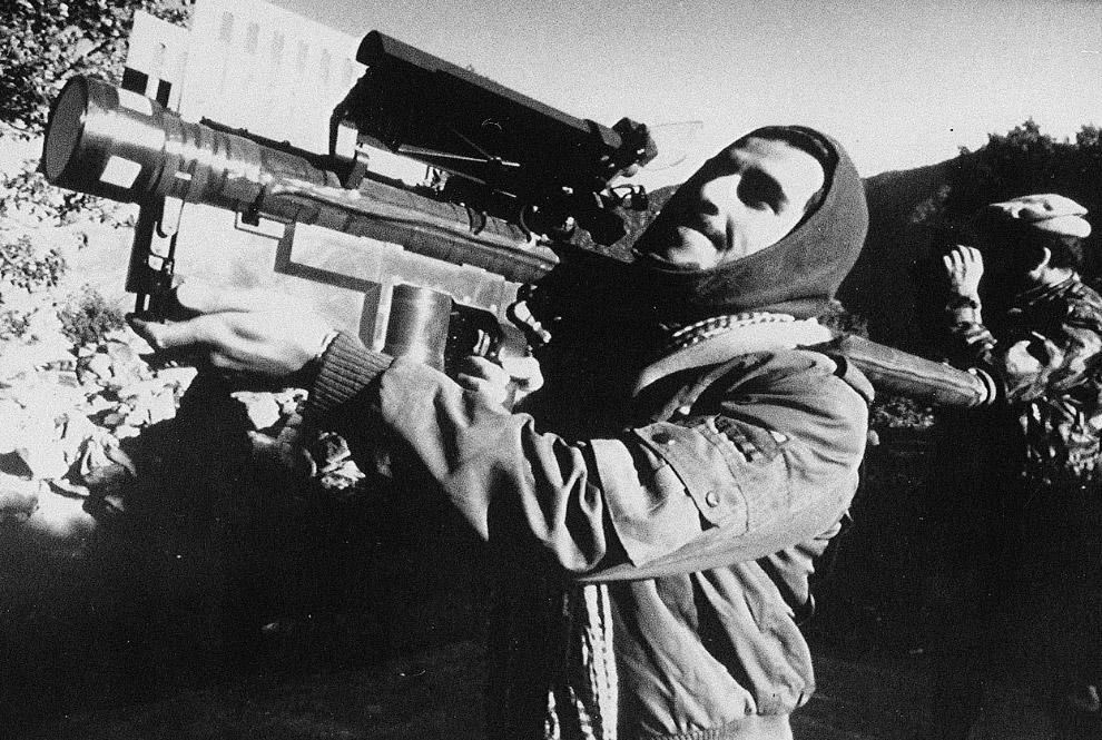 Афганский партизан с американским переносным зенитно-ракетным комплексом Стингер