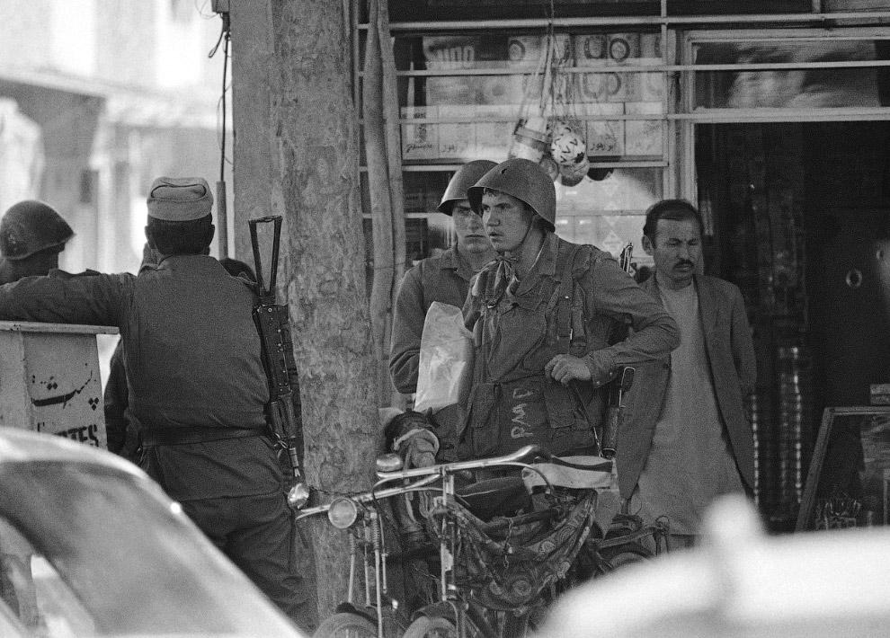 Советские солдаты выходят  из афганского магазина в центре Кабула