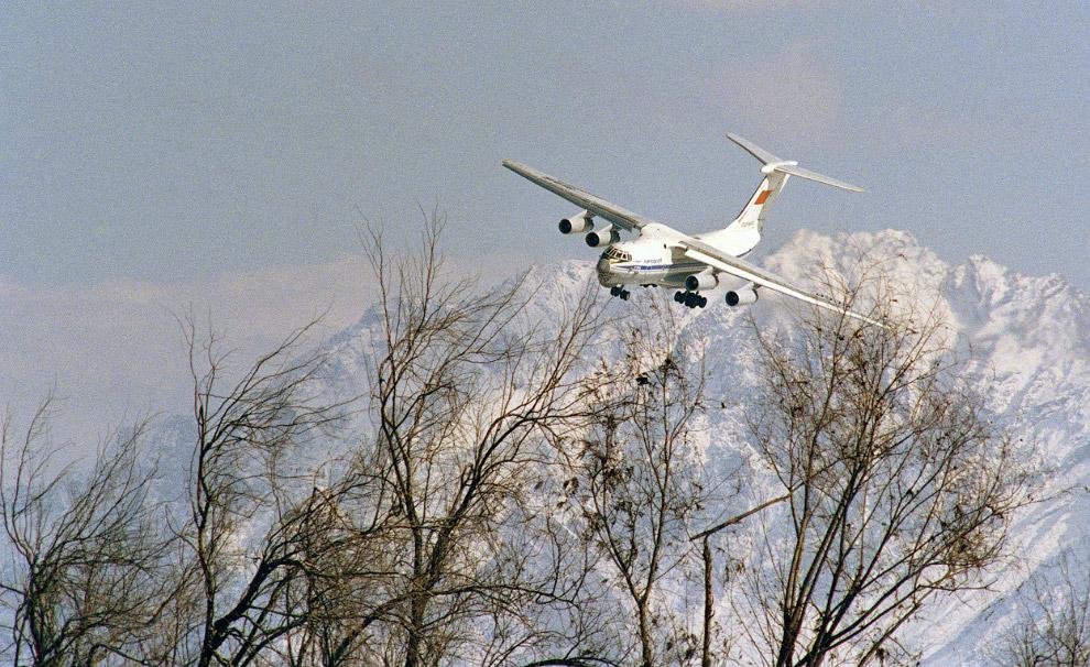 Советский самолет заходит на посадку в аэропорту Кабула