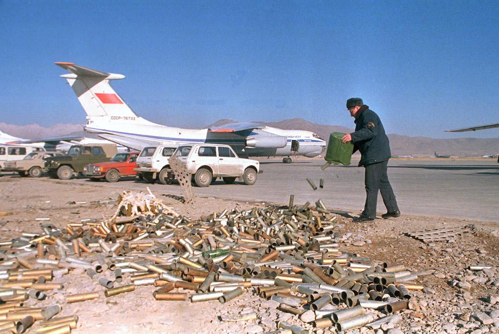 Наш самолет, автомобили и гильзы на авиабазе в Кабуле