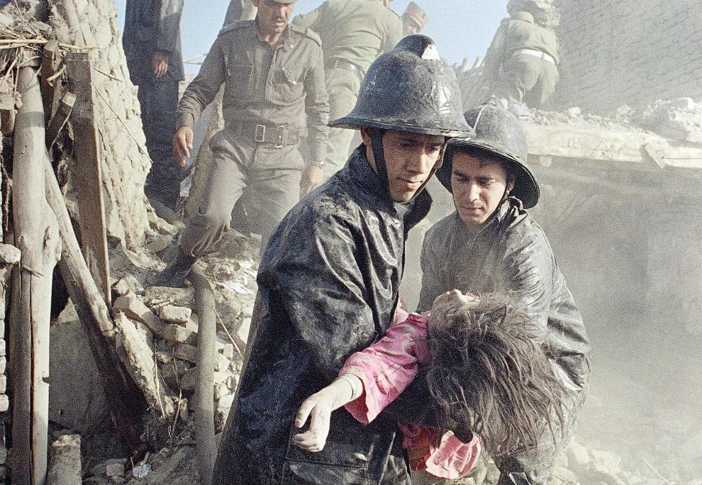 Афганские пожарные и девушка, погибшая в результате мощного взрыва в центре Кабула