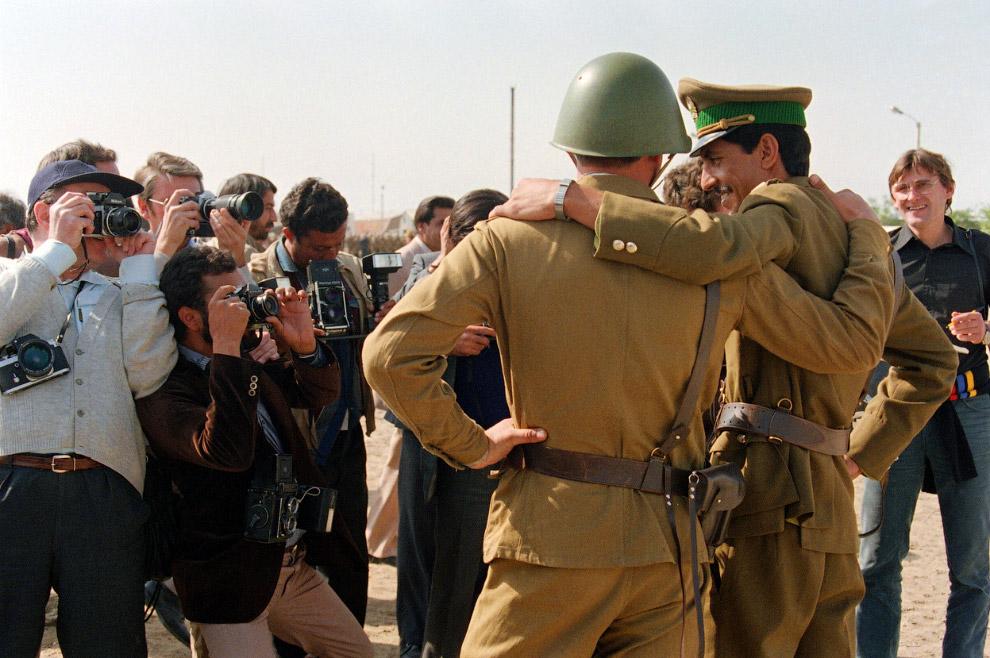 Советский солдат и афганский офицер позируют для прессы в центре Кабула
