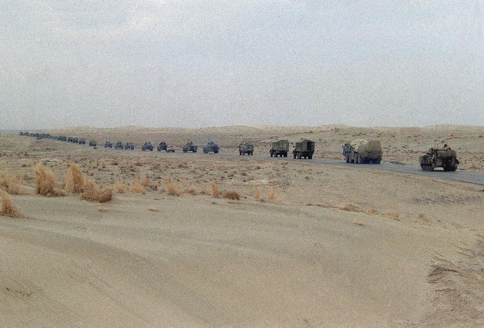 Колонна советских танков и военных грузовиков уходит из Афганистана