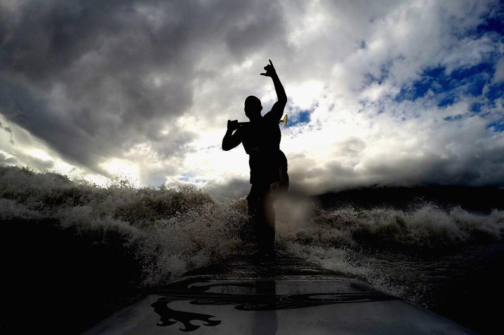 Серфер ловит волну, Аляска
