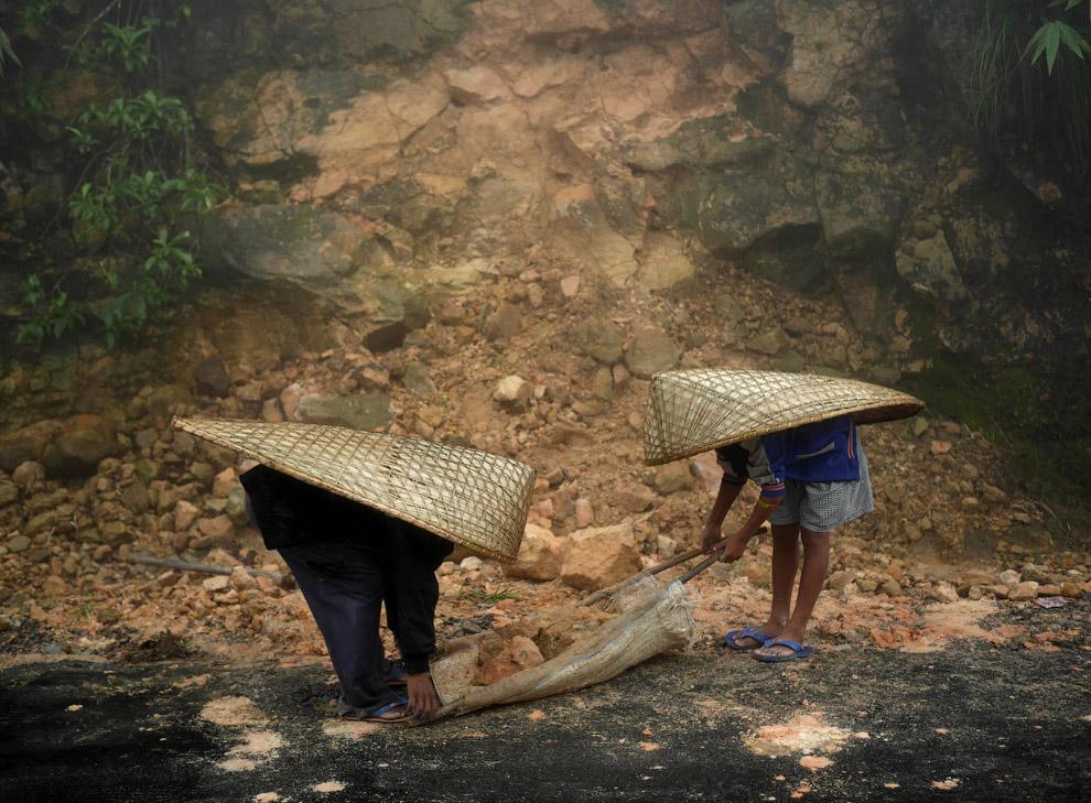 Из-за муссонных дождей, идущих до октября, часто случаются камнепады