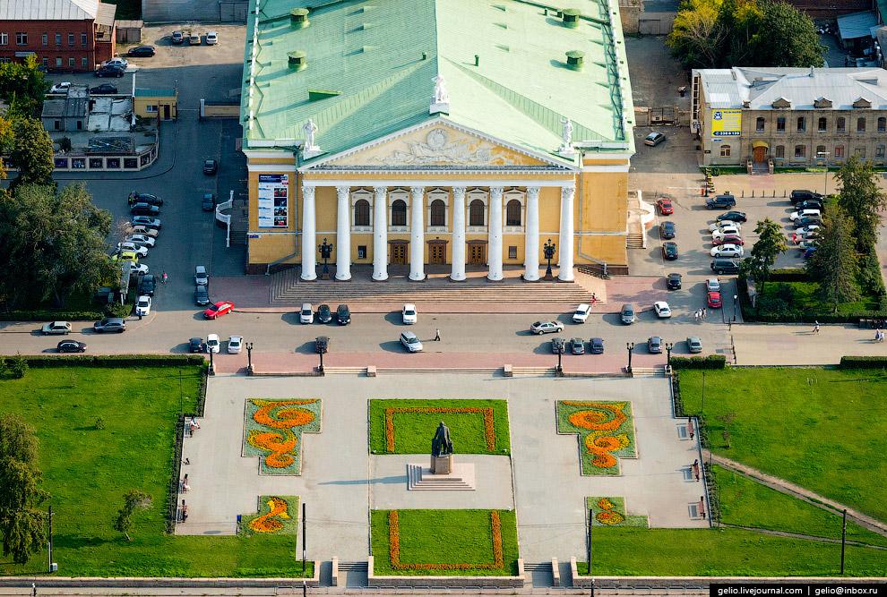 Перед театром стоит памятник М. И. Глинке