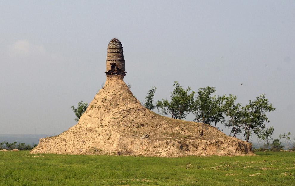 Остатки древней башни на грунтовом холме