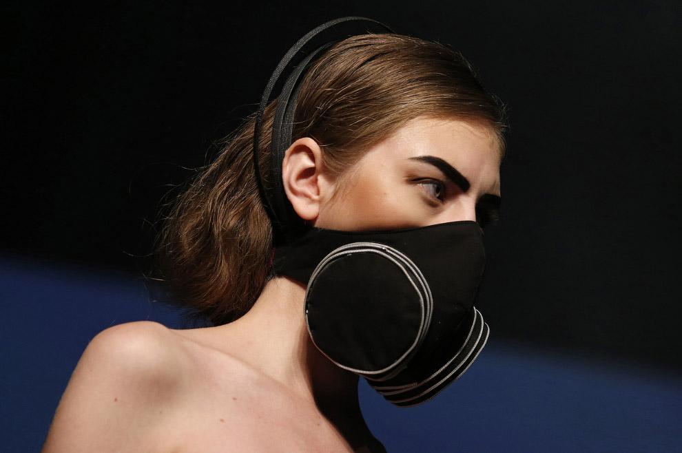 Дизайнеры презентуют в Гонконге модные маски из коллекции весна-лето 2015-го