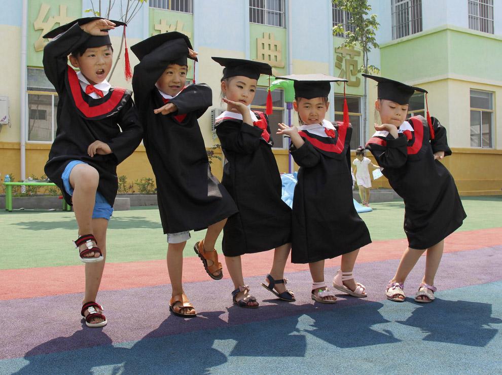 Церемонии вручения дипломов в детском саду в провинции Хэнань