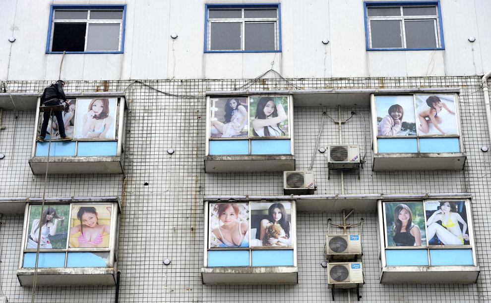 Окна банного комплекса в провинции Хунань, обклеенные фотографиями из интернета