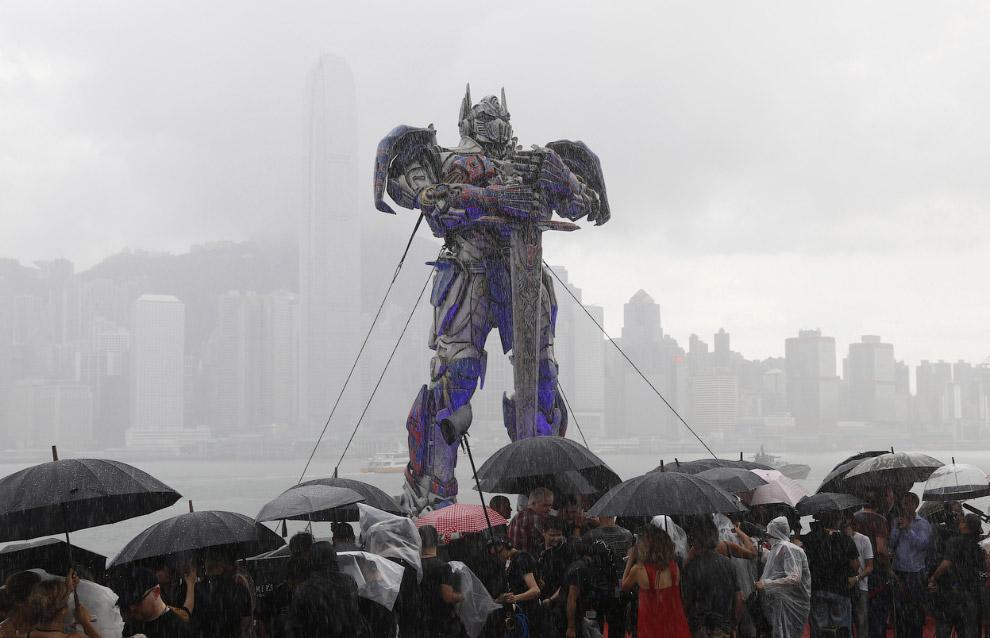 Мировая премьера фильма «Трансформеры 4» прошла в Гонконге под проливным дождем