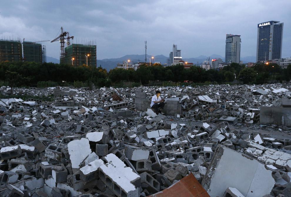 Китай активно стоится, на месте старых снесенных здания вырастают новые