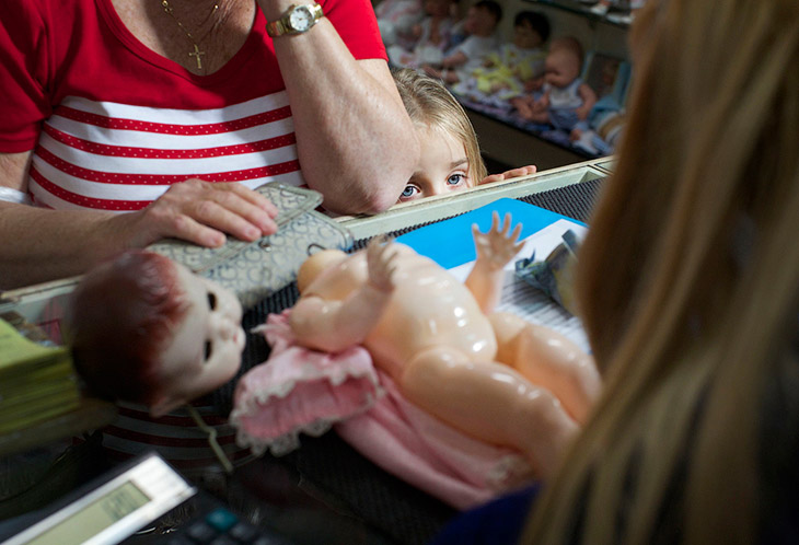 Вот семья принесла очередную сломанную куклу на починку