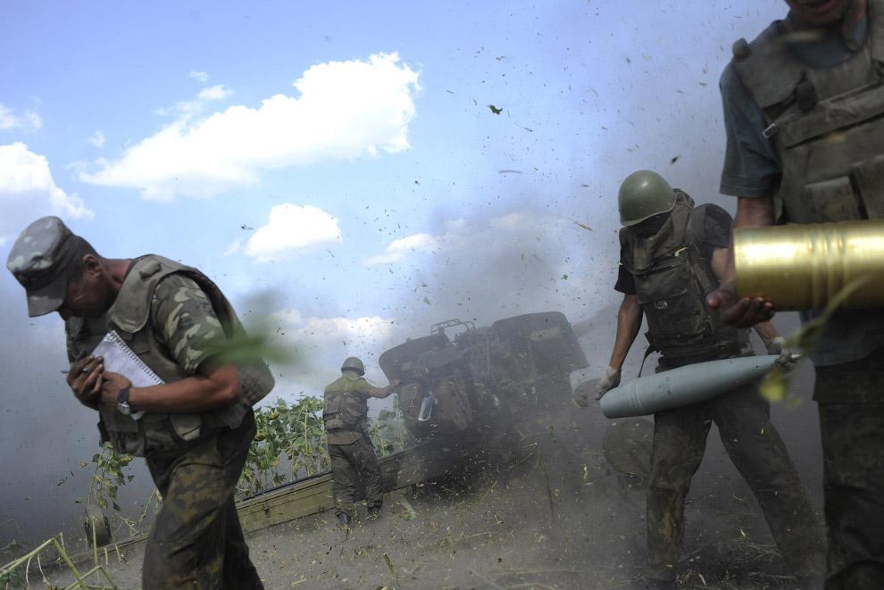 Украинские военные стреляют из пушки  в районе Первомайска Луганской области