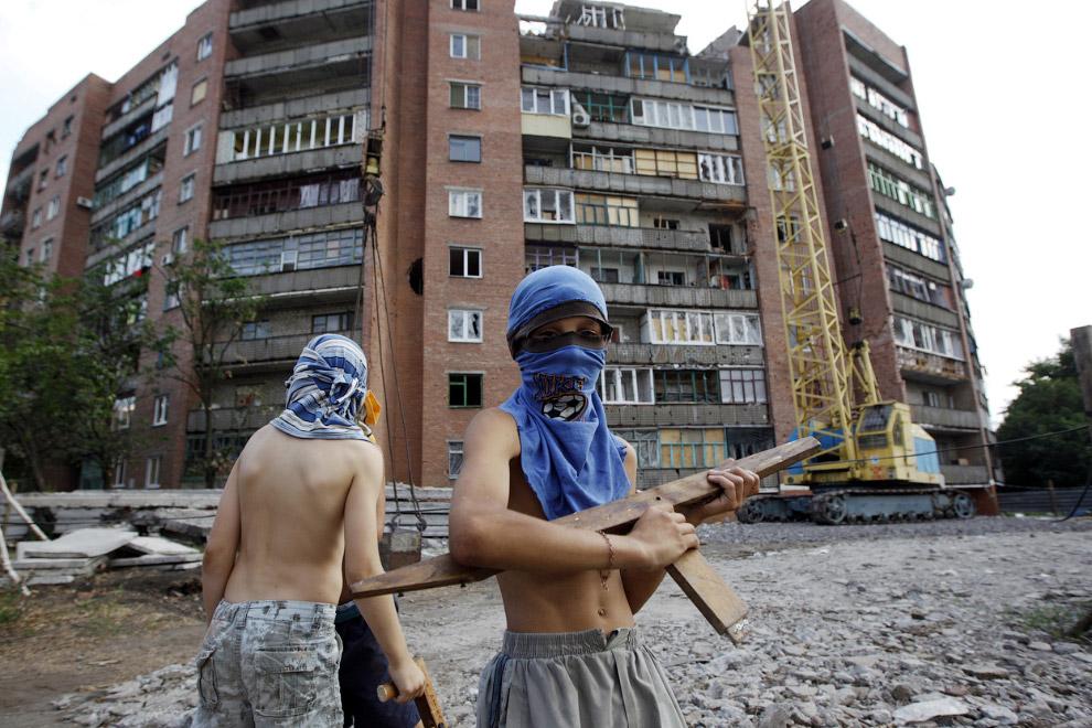 Мальчишки играют в войну в Краматорске