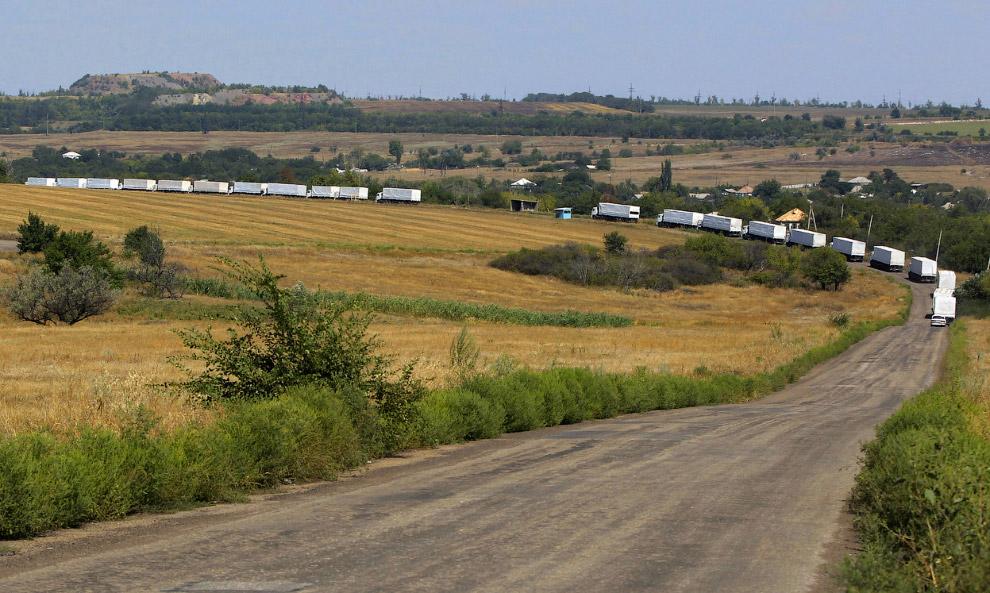 Российский конвой с гуманитарной помощью по дороге в Луганск