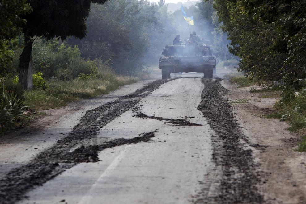 Украинский танк около села Новосёловка Первая в Донецкой области