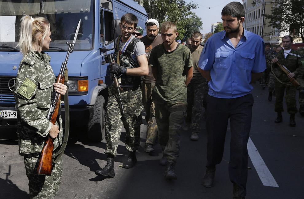 Пленные украинские солдаты в Донецке