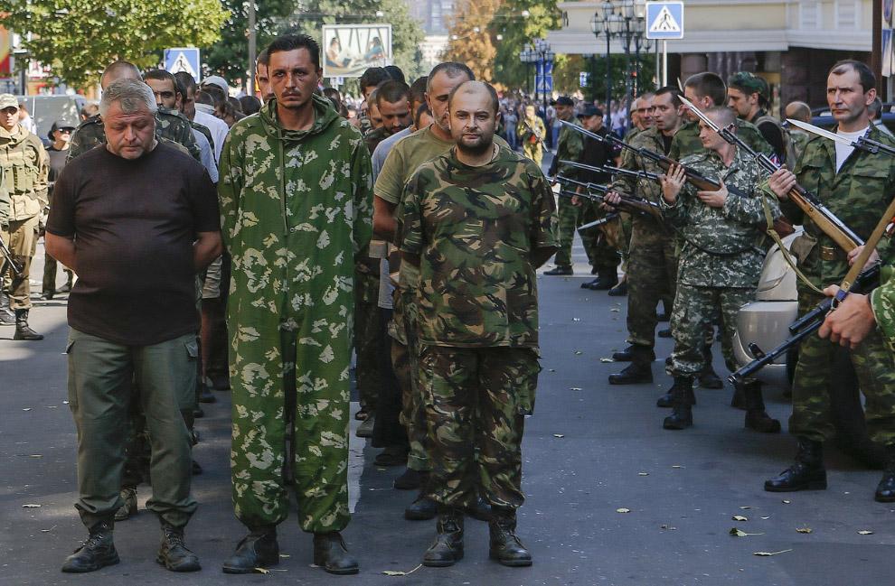 Повстанцы в Донецке решили отпраздновать День независимости Украины парадом украинских военнопленных