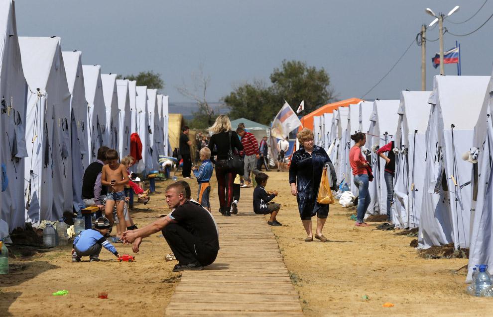 Временный палаточный лагерь для украинских беженцев в Ростовской области около российско-украинской границы