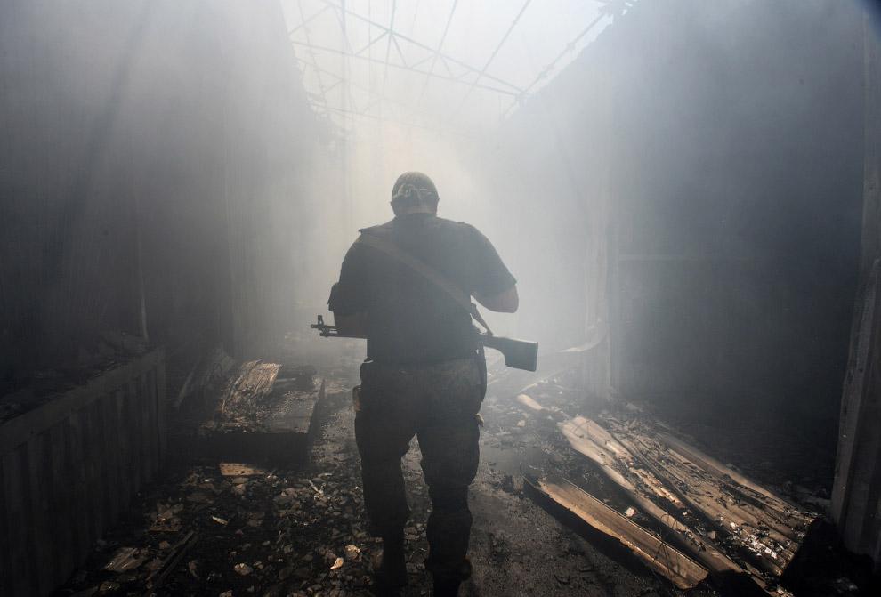 Повстанец на бывшем рынке в Донецке