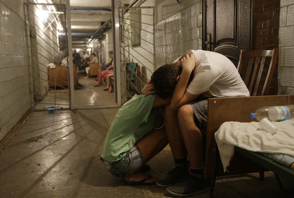 Люди прячутся в подвале больницы от артобстрела Донецка