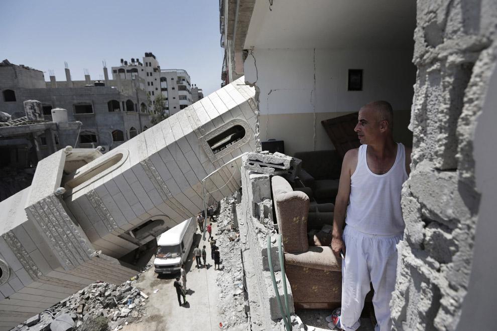 Упавший на жилой дом минарет мечети  в северной части сектора Газа