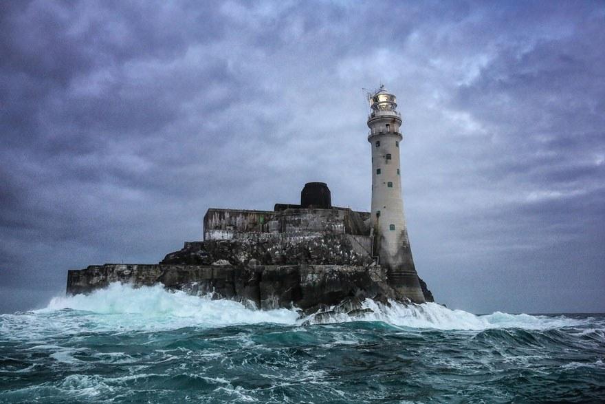 Маяк на Острове острого зуба в Атлантическом океане, в самой южной точке Ирландии