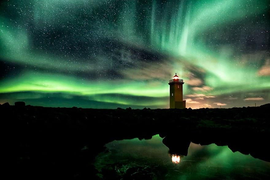 Маяк и северное сияние в Исландии