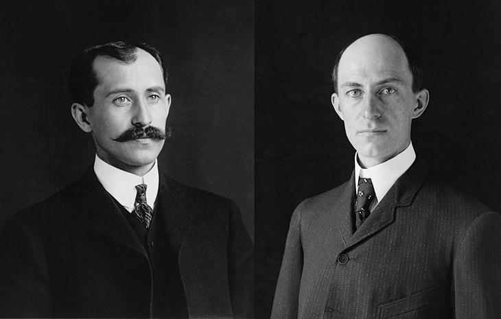 Слева — О́рвил Райт, справа — Уи́лбур Райт