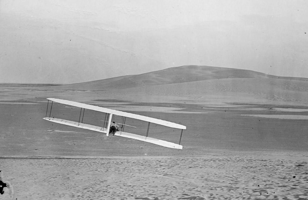 Уилбер делает поворот подвижным рулём 24 октября 1902 года.