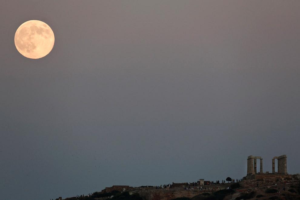 Суперлуна и храм Посейдона недалеко от Афин