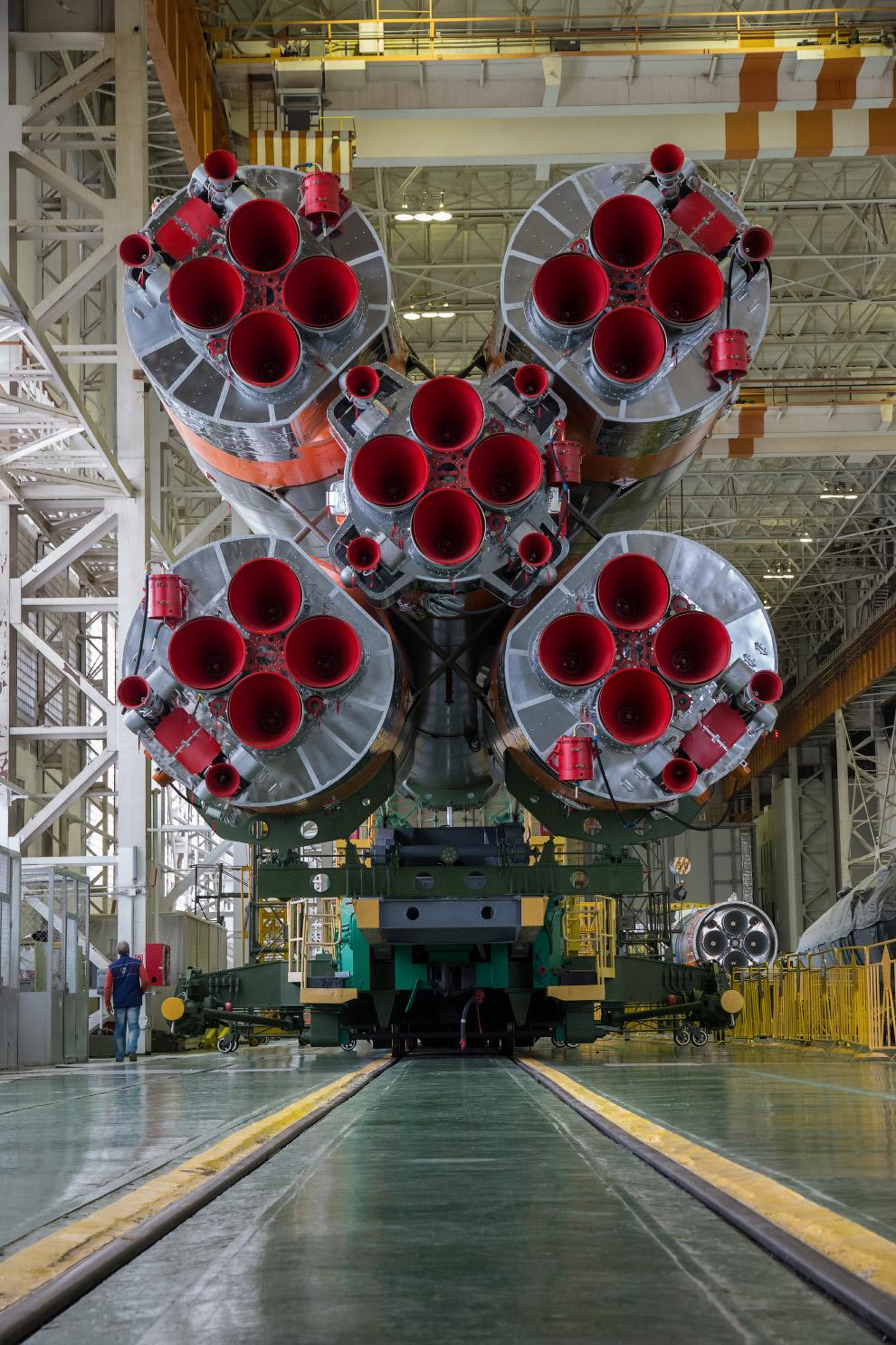 Ракета-носитель «Союз-ФГ» и космический корабль «Союз ТМА-14М» в монтажно-испытательном комплексе Байконура