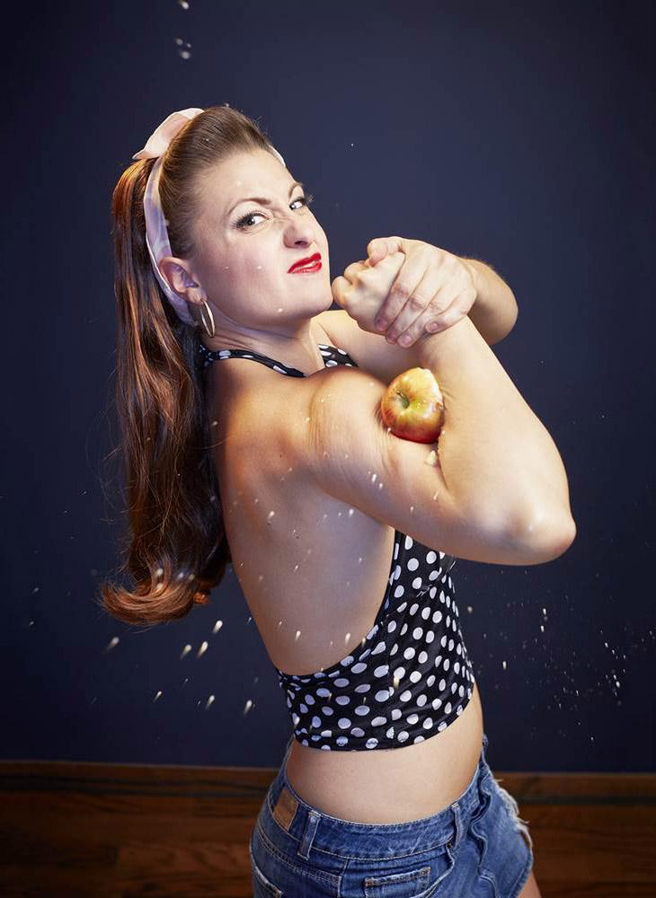 Лучший в мире дробитель яблок с помощью бицепсов
