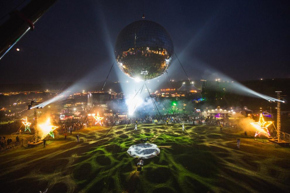 Самый большой в мире шар для дискотеки имеет диаметр 10.33 метра