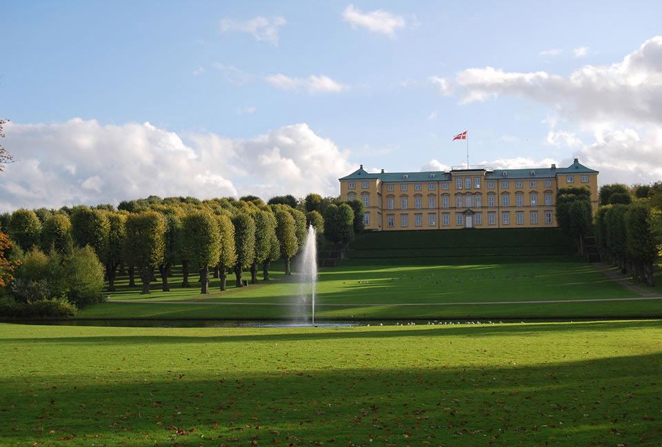 Дворец Фредериксберг на вершине холма Валбю. Копенгаген, Дания