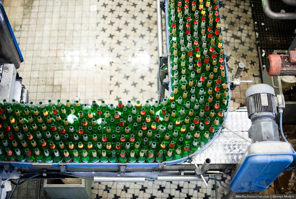 Финальный цех розлива пива и сортировки бутылок.