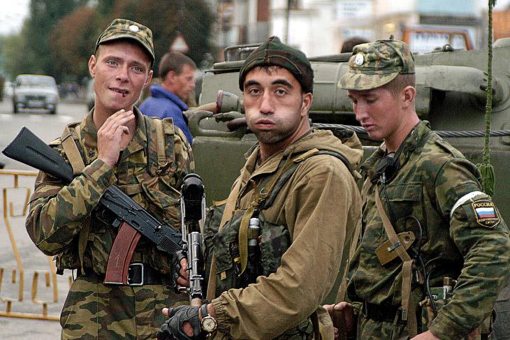 Российские военные возле школы №1 в Беслане