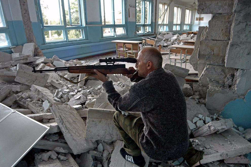Осетинского снайпер в здании напротив школы №1 в Беслане
