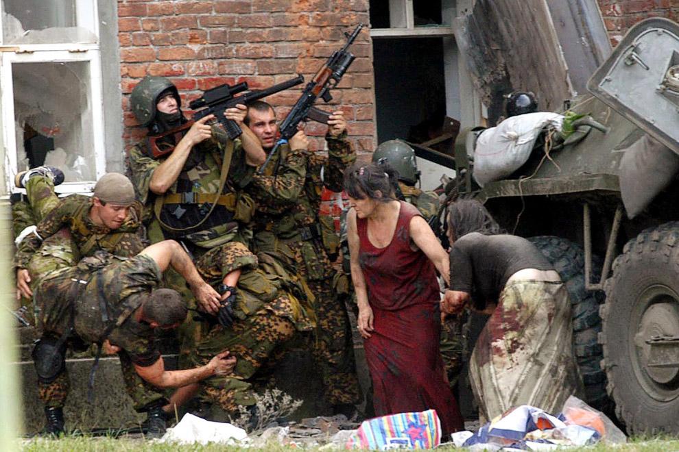 Раненый спецназовец и двое раненых женщин