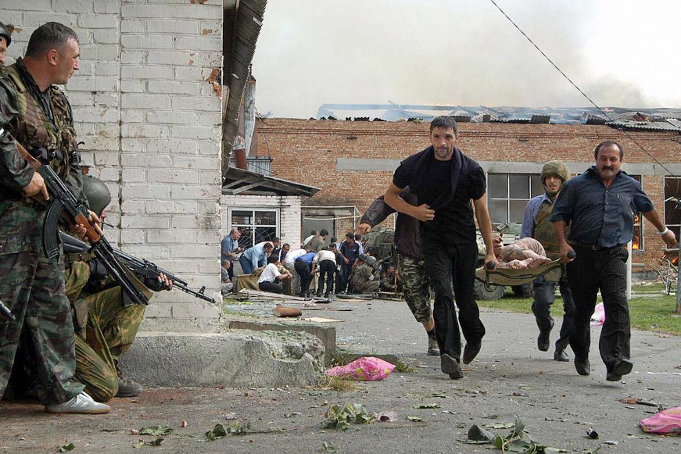 Эвакуация раненых учеников