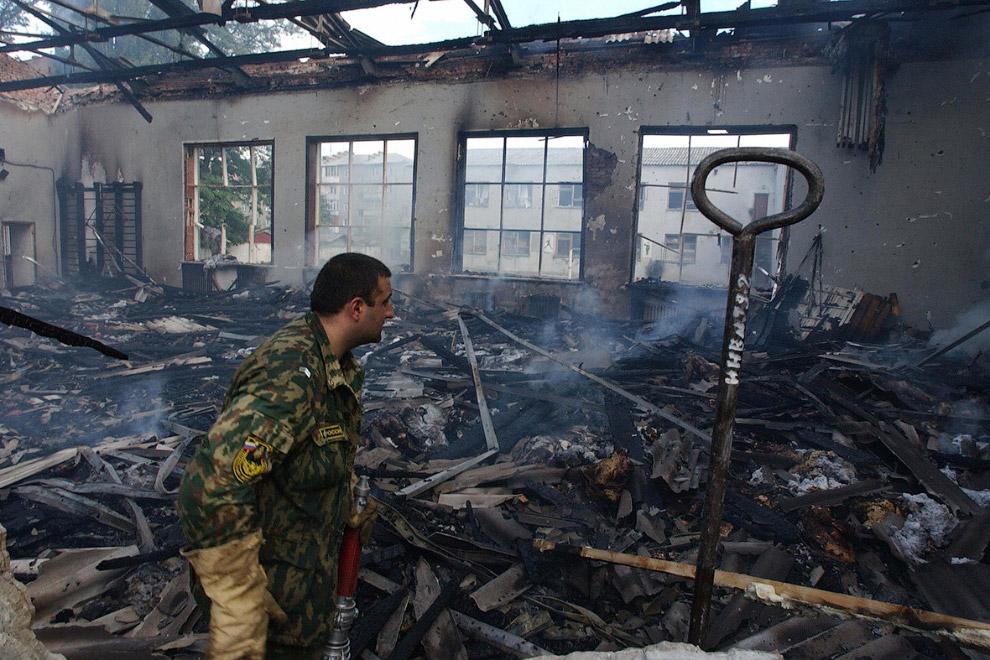 Штурм закончен, военные ищут выживших в сгоревшем спортзале школы
