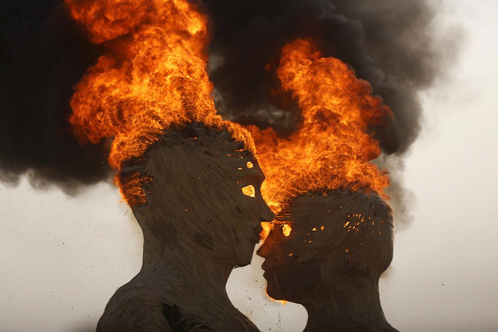 Сжигание скульптуры «Объятия»