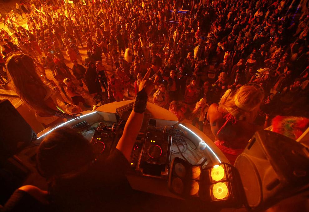 Локальная дискотека и DJ, вещающий с вершины автомобиля-мутанта