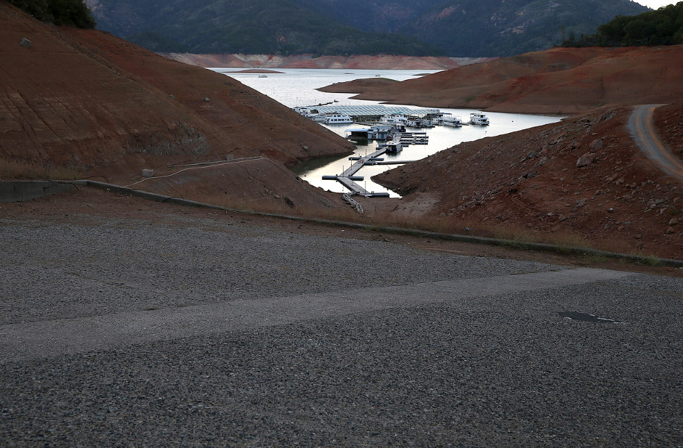 Озеро Шаста в Калифорнии и берега без воды