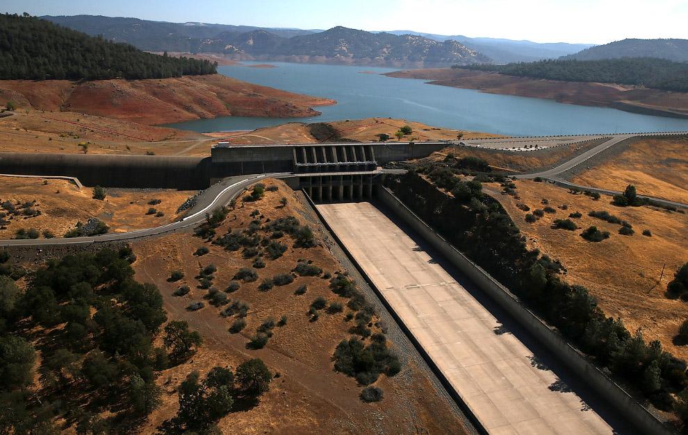 Водосброс плотины на озере Оровиль в Калифорнии